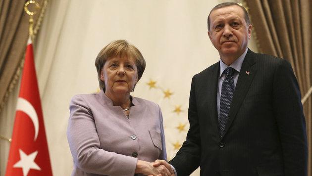 Merkel mahnt bei Erdogan Meinungsfreiheit ein (Bild: Associated Press)