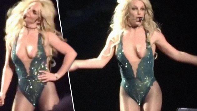 Britney Spears hüpft der Busen aus dem Kostüm (Bild: twitter.com/emailmypussy)