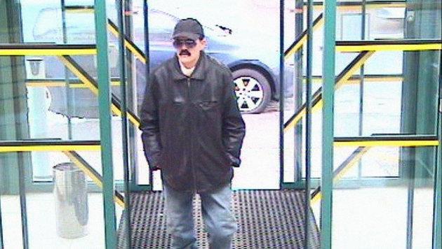 Banküberfall: Räuberin kam als Mann verkleidet (Bild: Polizei)