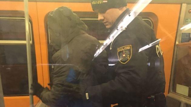 Polizeieinsatz wegen mehrerer betrunkener Männer in der Wiener U-Bahn. (Bild: krone.at-Leserreporter)