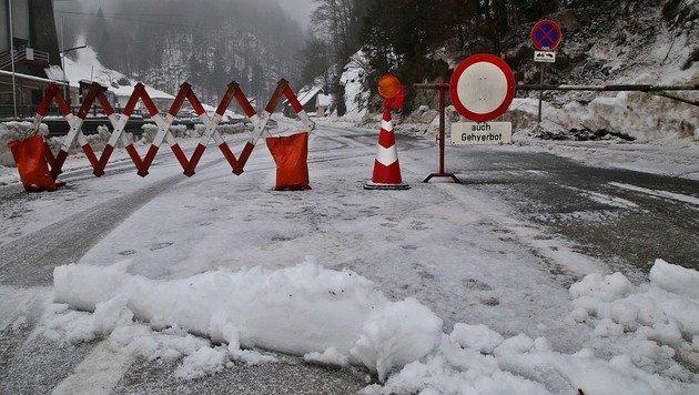 In Ebensee wurden wegen der Lawinengefahr die Langbathsee-Bezirksstrasse gesperrt. (Bild: Marion Hörmandinger)