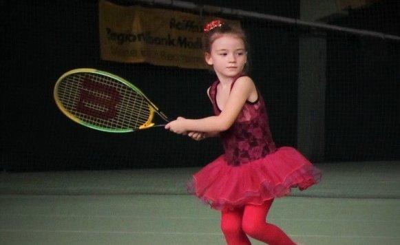 Sechs Jahre alt und schon ein Ass auf dem Tennisplatz: Isabella Zahmatkesh bei ihrer Leidenschaft. (Bild: Zahmatkesh)
