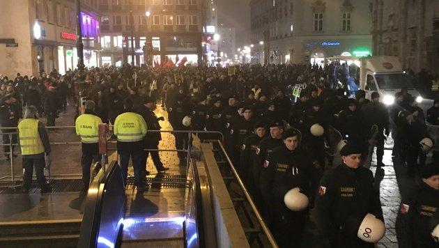Akademikerball: 2800 Gegner zogen durch City (Bild: krone.tv)