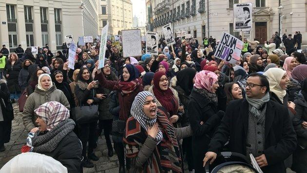 Muslime demonstrierten gegen das geplante Integrationspaket in Wien. (Bild: krone.tv)