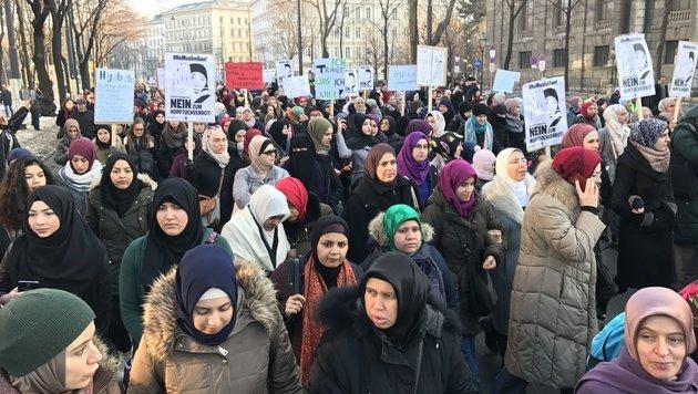 """Muslime: """"Sehen wir, wer zuletzt lacht, Herr Kurz"""" (Bild: krone.tv)"""