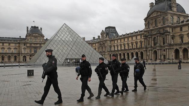 Der Louvre wurde nach der Attacke weiträumig abgesperrt. (Bild: AP)