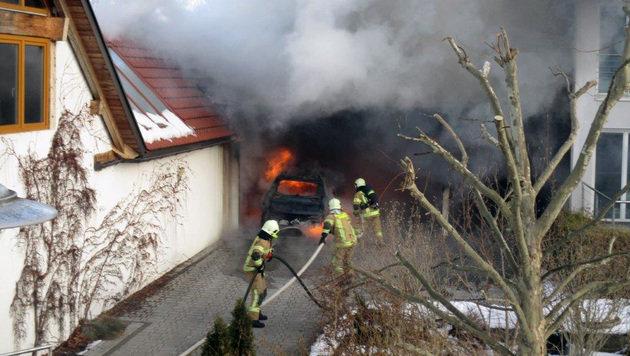 Carport samt Auto stand in Kärnten in Flammen (Bild: Berufsfeuerwehr/Helmut Unterluggauer)