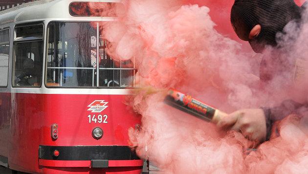 Wien: Rauchbombe in Straßenbahn gezündet (Bild: AFP/Dmitry Kostyukov, Andi Schiel, krone.at-Grafik)