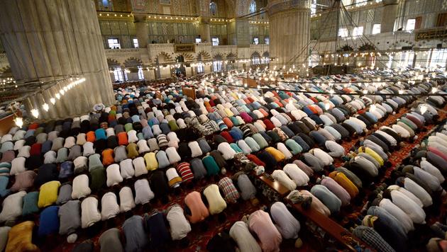Muslime beten in der Blauen Moschee in Istanbul (Bild: AFP)