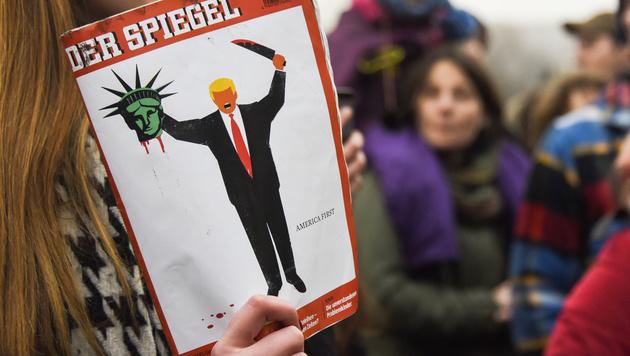 """Trump enthauptet am """"Spiegel""""-Cover die Freiheitsstatue. (Bild: AFP)"""