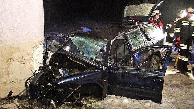 Auto gegen Haus geprallt: 4 teils schwer Verletzte (Bild: APA/EINSATZDOKU.AT)