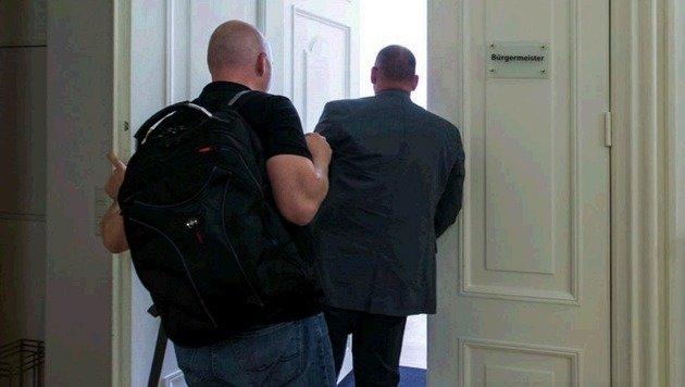 Kamen, sahen und beschlagnahmten: Hausdurchsuchungen im Magistrat beförderten Heikles zu Tage. (Bild: Neumayr/Leo)