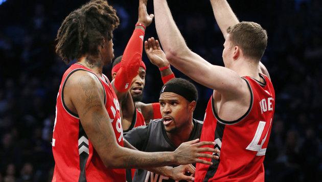 Kein Durchkommen gegen die Toronto Raptors um Jakob Pöltl (ganz rechts) (Bild: Associated Press)