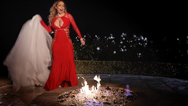 Mariah Carey verbrennt ihr Hochzeitskleid. (Bild: YouTube.com)
