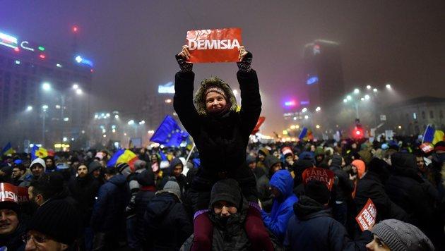 Diese Demonstranten fordern nur eines von der Regierung: Rücktritt! (Bild: AFP)