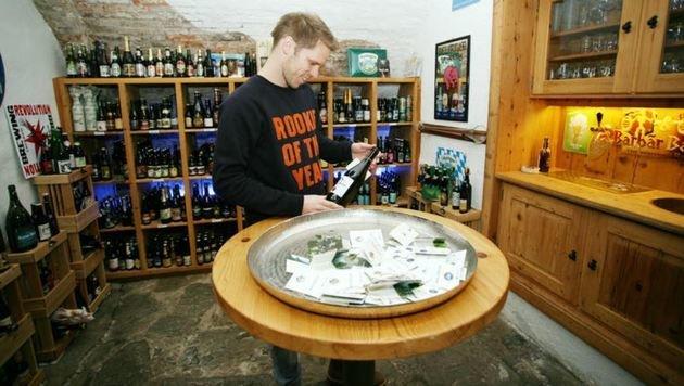Bierkulturhaus-Leiter Oliver Klamminger im Verkostungs-Keller - hier lagern hunderte Sorten! (Bild: Max Grill)