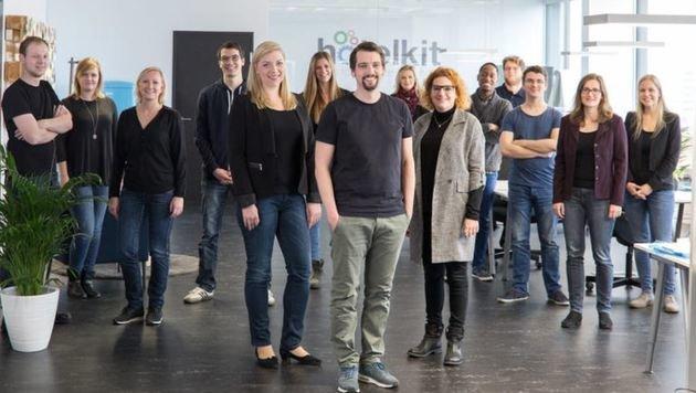 """Marius Donhauser (Mitte) mit einem Teil seines 18-köpfigen """"hotelkit""""-Teams. (Bild: Hotelkit)"""