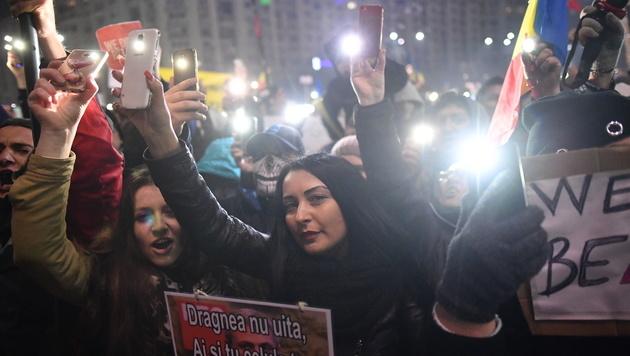 Rumänien: Mit Smartphones gegen die Regierung (Bild: AFP)