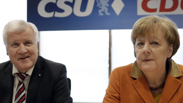 CSU-Chef Seehofer mit CDU-Chefin Merkel (Bild: Associated Press)