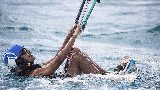 """Mit wem """"rauft"""" Obama im Urlaub herum? (Bild: AP)"""