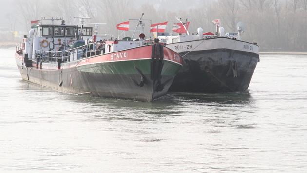 """Die verunglückte """"Stavo"""" (links) und der Schweizer Tanker, in den der Diesel umgeladen wurde. (Bild: Andi Schiel)"""