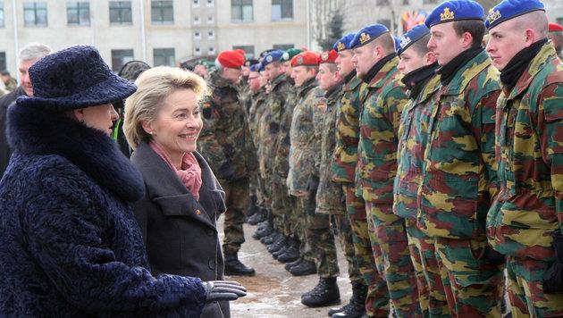 Grybauskaite und Von der Leyen schreiten die Fronten der beteiligten NATO-Truppen ab. (Bild: AFP)