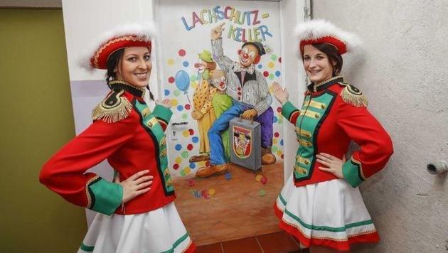 Die Gardemädels Yvonne Mulitzer & Melanie Pertiller studieren schon mal ihre Tänze ein. (Bild: Markus Tschepp)