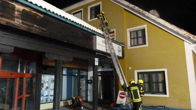 Beim nächtlichen Einsatz in Windischgarsten konnten die Feuerwehrleute das Gebäude retten (Bild: FOTOKERSCHI.AT/KERSCHBAUMMAYR)
