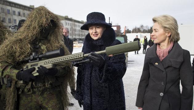 Präsidentin Grybauskaite und Verteidigungsministerin Von der Leyen am Rande der Begrüßungszeremonie (Bild: ASSOCIATED PRESS)