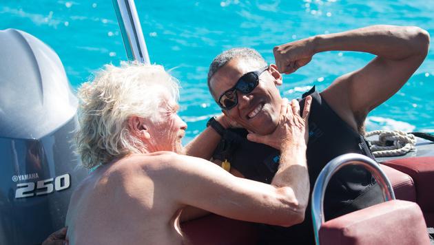 Barack Obama und der Unternehmer Richard Branson prügeln sich im Urlaub nur für die Kamera. (Bild: AP)
