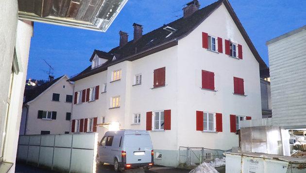 Bregenz: 65-Jährige erstochen, danach Brand gelegt (Bild: APA/MAURICE SHOUROT)