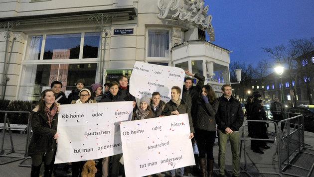 Demo für gleichgeschlechtliche Liebe, nachdem zwei sich küssende Frauen des Lokals verwiesen wurden (Bild: HERBERT PFARRHOFER/APA)