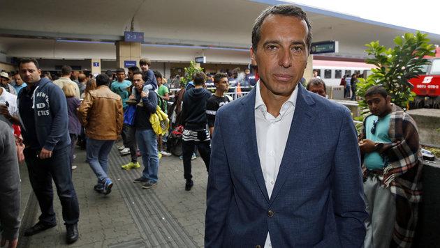 Kern, damals noch als ÖBB-Chef, am Höhepunkt der Flüchtlingswelle am Wiener Westbahnhof (Bild: Martin Jöchl)