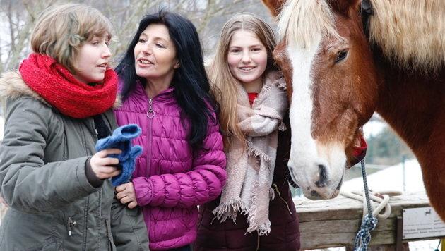 Gabi Kappeler umringt von ihren Töchtern Vanessa (links) und Viola (rechts) (Bild: Martin A. Jöchl)