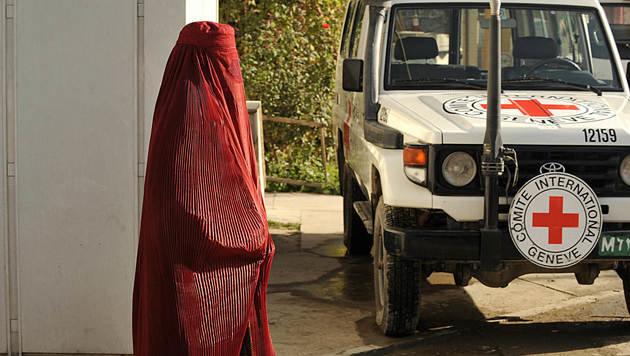 Ein Fahrzeug des Internationalen Komitees vom Roten Kreuz in Kabul (Bild: AFP)