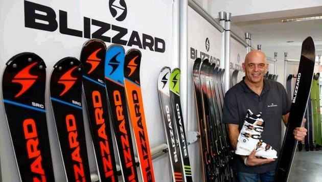 """Thomas Rakuscha zeigte der """"Krone"""" den Ski und Schuh, der auf der ISPO ausgezeichnet wurde. (Bild: Gerhard Schiel)"""
