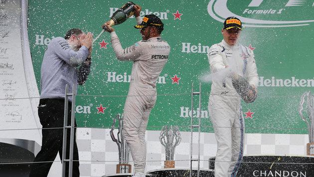 Bottas (re.) mit Hamilton bei der Siegerehrung (Bild: GEPA)