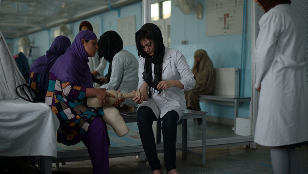 Landminenopfer werden in einem Spital des Roten Kreuzes in Kabul verarztet. (Bild: AFP)