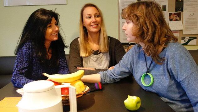 Mama Gabi (links) und Tochter Vanessa (rechts) beim Interview mit Redakteurin Brigitte Quint (Bild: Martin A. Jöchl)