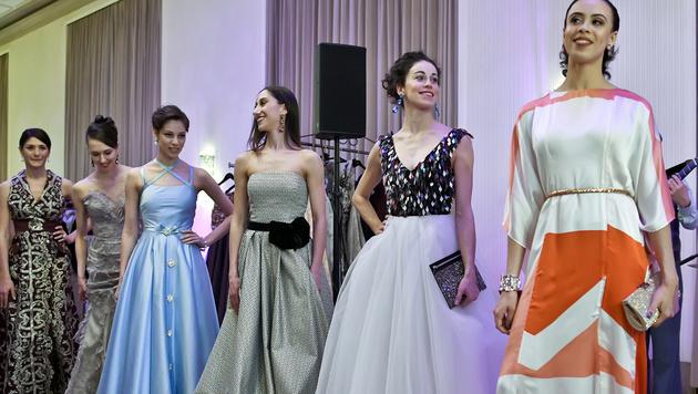 Die Tänzerinnen präsentierten ihre Roben für den Opernball (Bild: APA/HERBERT NEUBAUER)