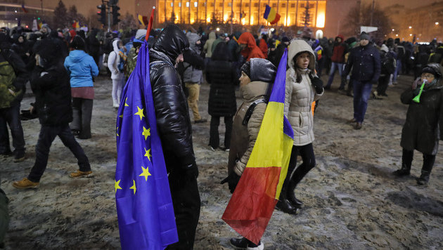 Demonstranten vor dem Regierungssitz in Bukarest (Bild: ASSOCIATED PRESS)