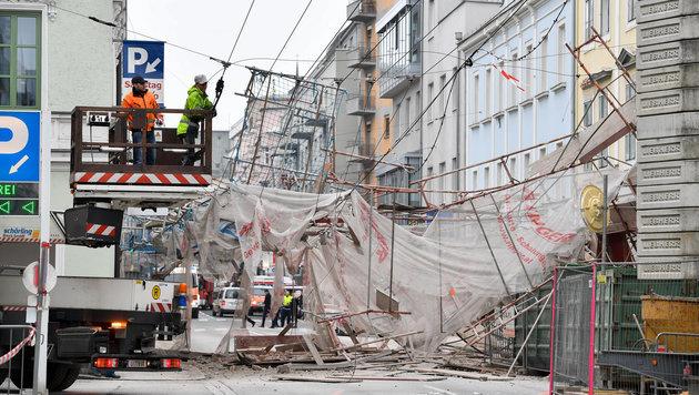 Das zweistöckige Baugerüst stürzte in der Linzer Mozartstraße um. (Bild: Harald Dostal)