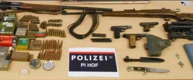 Zwei Schrotflinten, drei Pistolen und diverse Munition wurden bei der Hausdurchsuchung gefunden. (Bild: Polizei)