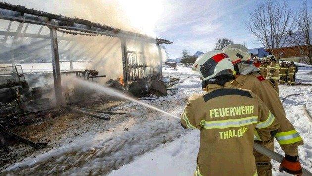 Feuerwehrmänner vor dem Gerüst der Maschinenhalle: Hier war nichts mehr zu retten. (Bild: Markus Tschepp)