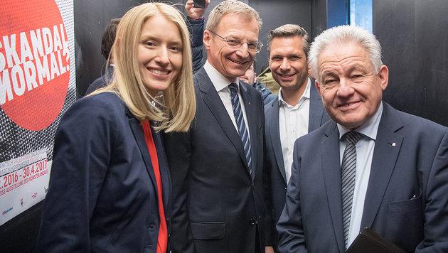 Pühringer, Nachfolger Stelzer und die neue Landesrätin Christine Haberlander (Bild: APA/WERNER KERSCHBAUMMAYR)