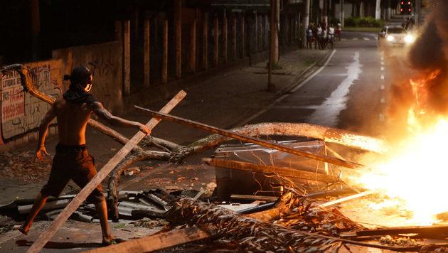 Brennende Straßenbarrikade in der Stadt Vitoria (Bild: ASSOCIATED PRESS)