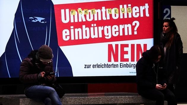Ein verunstaltetes SVP-Plakat (Bild: AFP)