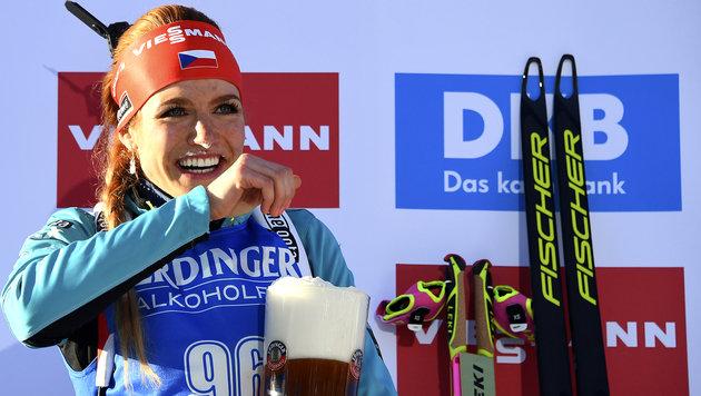 Gabriela Koukalova belohnt sich nach ihrer Goldenen mit einem â01Ekleinenâ01C Schluck Bier. (Bild: AFP)