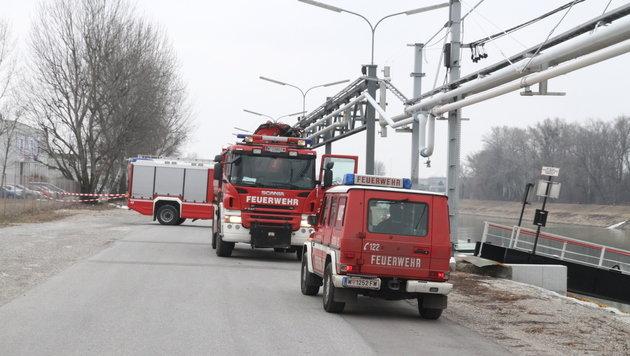 Feuerwehrkräfte müssen laufend Öl abpumpen. Es wird nicht weniger ... (Bild: Andi Schiel)