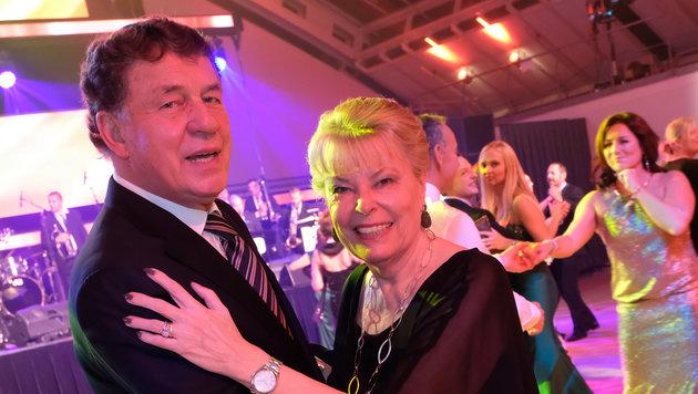 Trainer-Legende Otto Rehhagel beim Walzer mit Ehefrau Beate auf der â01EKroneâ01C-Sport Gala in Linz. (Bild: Kronen Zeitung/ Chris Koller)